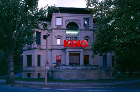 Ausstellungsansicht, Moving Images. Film – Reflexion in der Kunst, 1999, GfZK Leipzig, Foto: Hans-Christian Schink