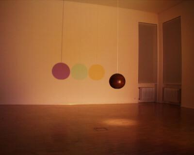 Ausstellungsansicht, Tobias Rehberger: THE SECRET BULB IN BARRY L., 1999, GfZK Leipzig, Foto: Hans-Christian Schink