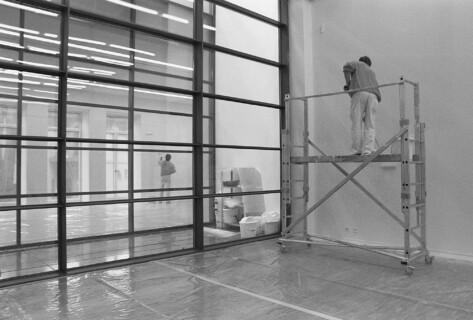 Ausstellungsansicht, Michael Elmgreen & Ingar Dragset: Zwischen anderen Ereignissen, 2000, GfZK Leipzig, Foto: Hans-Christian Schink