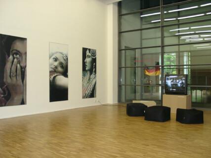 Ausstellungsansicht, Heimaten, 2001, GfZK Leipzig, Foto: Hans-Christian Schink