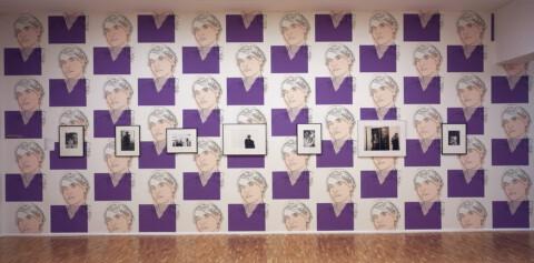 """Ausstellungsansicht, """"Gee... how glamorous"""". Andy Warhol. Stars und Theatralität, 2002, GfZK Leipzig, Foto: Hans-Christian Schink"""