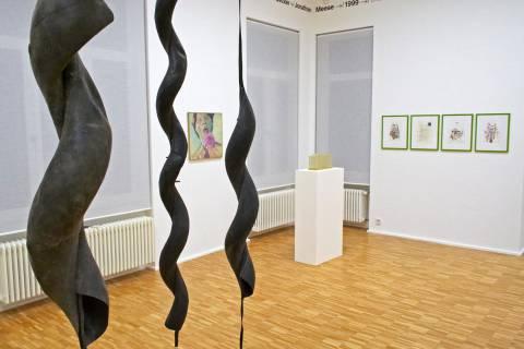 Ausstellungsansicht mit Werken von Maren Roloff, Maria Lassing, Martin Kippenberger (v. l. n. r.), DEUTSCHE GESCHICHTEN, 2007, GfZK Leipzig, Foto: Hendrik Pupat