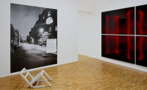 Timm Ulrichs: der erste sitzende stuhl (nach langem stehen sich zur ruhe setzend), 1970 (l.); Thomas Florschuetz: Vorhang III, 1994/2004 (r.). Foto: Andreas Enrico Grunert