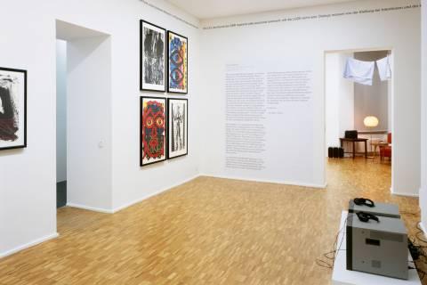 Ausstellungsansicht mit Werken von Rainer Groß, Michael Morgner, A. R. Penck, Holger Bunk und Ilya Kabakov (v. l. n. r.). Foto: Andreas Enrico Grunert