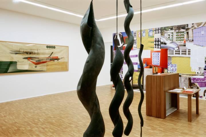Ausstellungsansicht mit Werken von Neo Rauch, Tilo Schulz und Maren Roloff (v. l. n. r.). Foto: Andreas Enrico Grunert