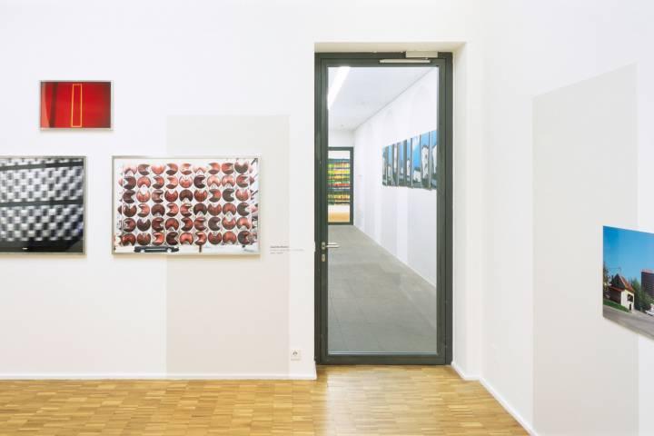 Ausstellungsansicht mit Werken von Joachim Brohm, Hanno Otten, Heribert Ottersbach und Zdenko Bužek (v. l. n. r.). Foto: Andreas Enrico Grunert