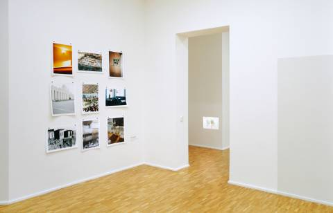 Peter Riedlinger: aus der Serie Hero City/Heldenstadt, 1997/98 (l.); Rebecca Wilton: Abriss, 2008 (r.). Foto: Andreas Enrico Grunert