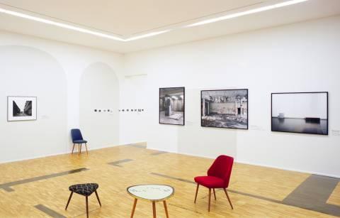 Ausstellungsansicht mit Werken von Till Exit, Thomas Struth und Margret Hoppe (v.l.n.r.). Foto: Andreas Enrico Grunert