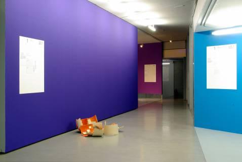 """Das Farbkonzept der Ausstellung. Im Vordergrund: Klaus Kumrow """"Apfelsine"""", 1993. Foto: Sebastian Schröder"""