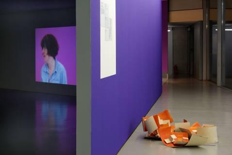 """Ausstellungsansicht mit """"Apfelsine"""" von Klaus Kumrow und der Videoinstallation """"Koordinate"""" von Angelika Waniek. Foto: Sebastian Schröder"""