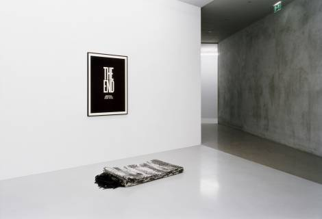 The End, 2009. Folded theatre curtain and poster. Ausstellungsansicht. Foto: Andreas Enrico Grunert. Courtesy: the artist and Rodeo, Istanbul