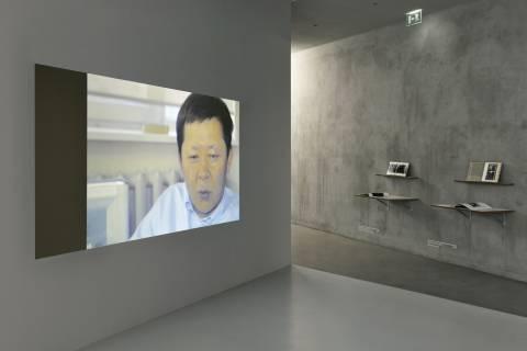 Rozbeh Asmani: Ferngespräch, 2014. & Nguyen Tai Minh: Gemeinde auf dem Weg, 1981. Silvia Sheleva: Annäherung, 1984. Foto Sebastian Schröder
