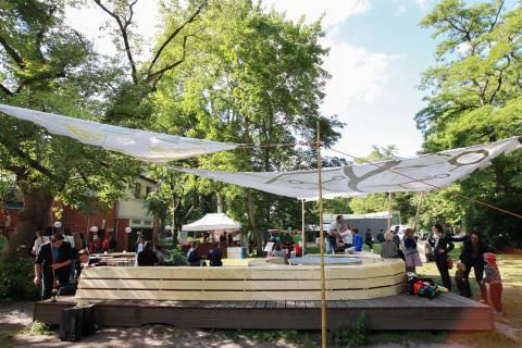 International Village Show 2/8. Einweihung der umgebauten Plattform im Garten, 2015. Foto: Julia Rößner