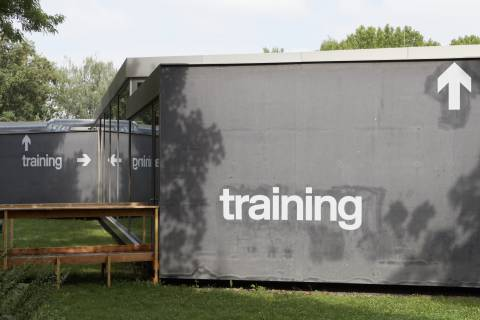 Travestie für Fortgeschrittene: training, GfZK 2015. Außenansicht Neubau. Foto: dotgain.info