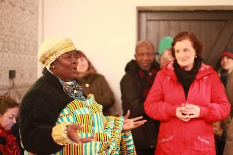 Eröffnung: International Village Show - Ekumfi Ekrawfo trifft Höfen, 2015.Foto: Julia Rößner