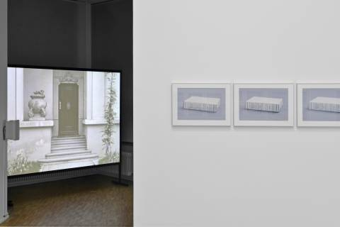 Laura Horelli: You Go Where You're Sent, 2013 ; Adrian Sauer: A-Z (Brockhaus), 2012. Foto: Sebastian Schröder