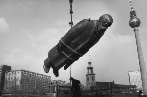 Sibylle Bergemann: Aus der Serie Das Denkmal, 1975-86. Schenkung der Künstlerin