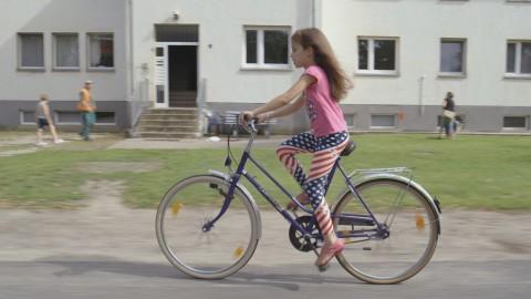 Filmstill Kamala auf Fahrrad, © Niclas Reed Middleton