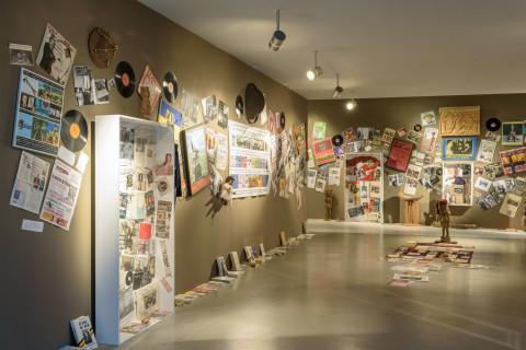 Ausstellungsansicht anarchive, Georges Adéagbo & Stephan Köhler, La colonisation Belge en Afrique noire, Foto Alexandra Ivanciu