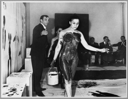 Exposition Yves Klein Anthropométrie de l'époque bleue a la Galerie International d'art Contemporain, Paris, 1960