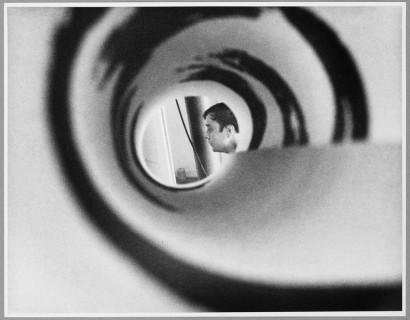 Portrait d'Yves Klein dans son atelier au 14, rue Campagne-Première à Paris, 1962