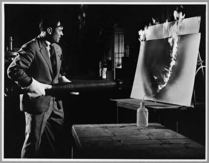 Yves Klein travaillant aux Peintures de Feu a la Plaine Saint Denis, 1961