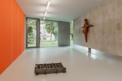 Ausstellungansicht, Kunst_Handwerk, Olamen Dejanoff (links), Jorge Pardo (rechts), GfZK Leipzig, Foto Alexandra Ivanciu