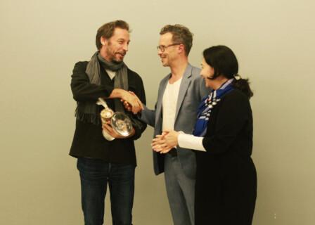 Eric Baudelaire, Matthias Brühl und Ilina Koralova während der Preisverleihung.