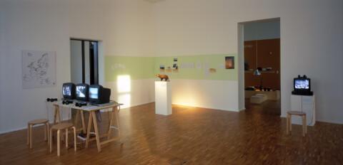 Ausstellungsansicht, UNSERE FRAU IN MINSK: ein Projekt von Antje Schiffers, 2004, Foto: Antje Schiffers